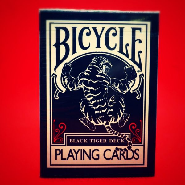 Bicycle BLACK TIGER Red. Mazzi di carte, giochi di prestigio, libri e dvd di magia in vendita su http://lassonellamanica.com . Recensioni, unboxing, tutorial
