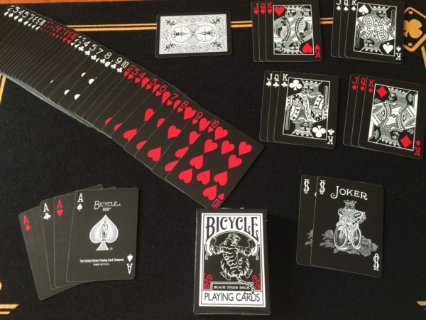 Bicycle BLACK TIGER Red. Mazzi di carte, giochi di prestigio, libri e dvd di magia in vendita su http://lassonellamanica.com