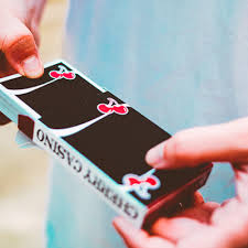 Cherry Casino V3 True Black Playing Cards. Mazzi di carte, giochi di prestigio, libri e dvd di magia in vendita su http://lassonellamanica.com .